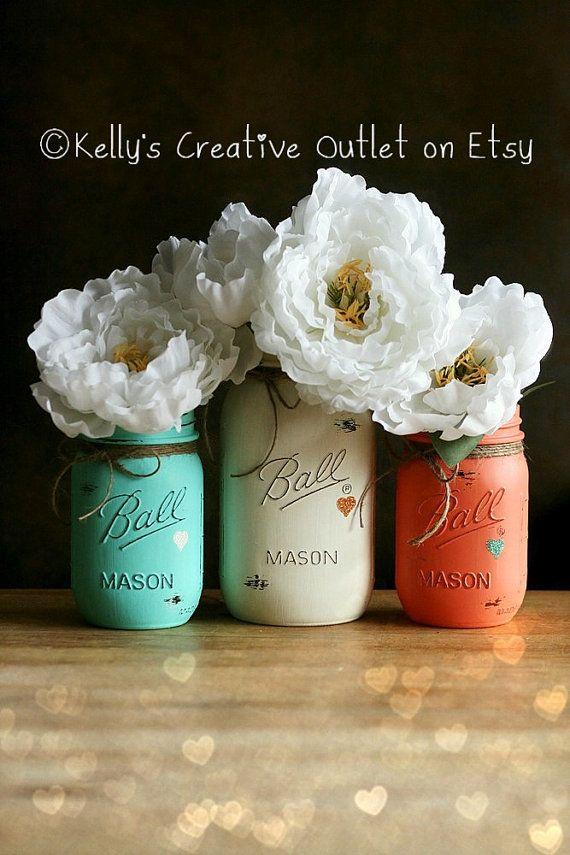 Potinhos de conserva coloridos dão um toque divertido à decoração :)