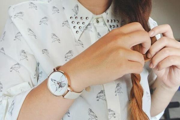 Les montres femme Olivia Burton apportent leur touche d'originalité en proposant des cadrans à fleurs et avec des oiseaux. Livraison Belgique et France.