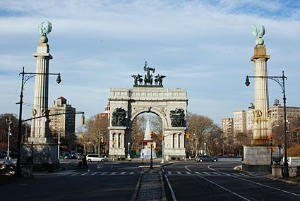 The impressive main entrance to Prospect Park at Grand Army Plaza is dominated by the Soldiers' and Sailors' Memorial Arch, which looks a bit like the Arc de Triomphe in Paris.