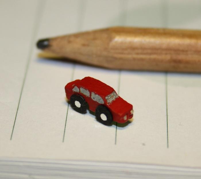 A tiny toy car    En liten leksaksbil