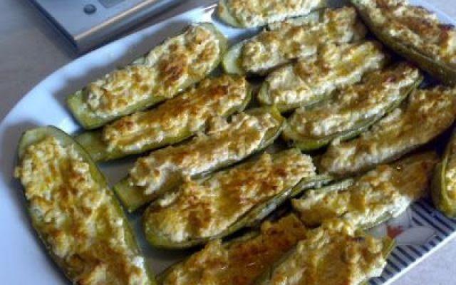 Ricette estive: zucchine ripiene INGREDIENTI:  filetti di spigola 4 - zucchine 2 - tonno in scatola sgocciolato 100 gr pomodori ramati 2 - aglio - prezzemolo - basilico - erba cipollina - peperoncino - olio extravergine d #ricette #estate #antipasto