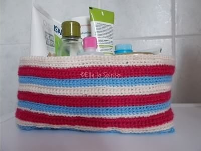 Cestino a uncinetto in tre colori con fodera di stoffa, riciclata da una camicia.