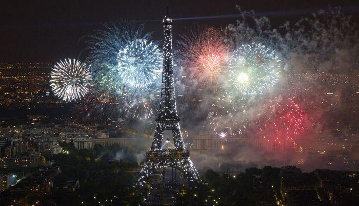 Francia conmemoró el 223 aniversario de la toma de la Bastilla //  Foto (Reuters):  La Torre Eiffel fue iluminada y un espectáculo de fuegos artificiales asombró a miles de personas // Material vía Facebook: Jimena Sánchez