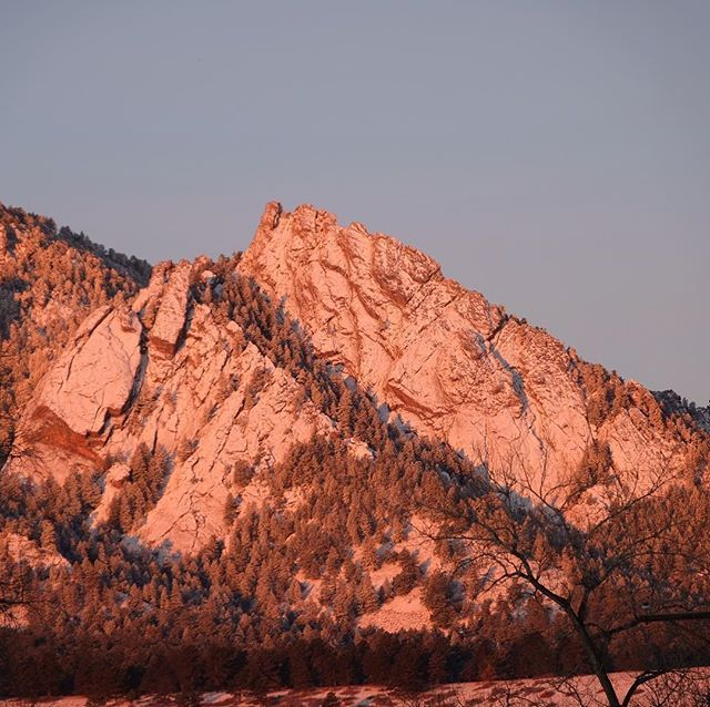 Snowy rosy Flatirons this morning as the sun popped up over the horizon. . . . #flatirons #bouldercolorado #boulder #boulderco #mountains #sunrise #martinacres