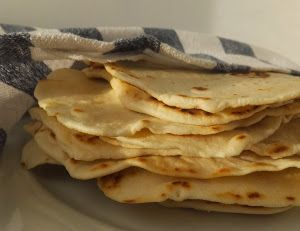 RECETA DE TORTILLAS MEXICANAS CASERAS INGREDIENTES  2 tazas (250 gr) de harina  1/2 cucharadita (tsp) de sal 1/2 tsp tsp de levadura química (opcional) 3/4 taza (180 ml) de agua, tibia. 45 gr de manteca de cerdo o mantequilla  Aceite