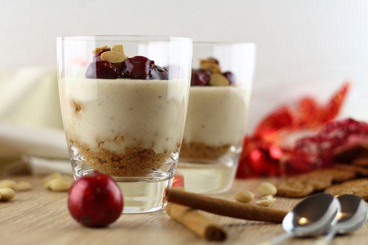 Rezept für ein leckeres Winter-Dessert: Mandelpudding mit Kirschen und Spekulatius als süße Leckerei in der Vorweihnachtszeit.