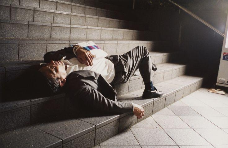 Kenji Kawamoto est un artiste japonais. À Tokyo, il a capturé des businessmen ivres au petit matin qu'il compile dans une série intitulée «Yopparai Tengoku», en français «Le paradis des ivrognes». «Mes photographies sont la mémoire de ces gens qui ont atteints leurs limites et sont épuisés après leur journée». C'est avec ces mots que Kenji Kawamoto introduit son travail. Lui aussi vit à Tokyo, ville réputée pour son rythme abrutissant. «Chacun a ses boulets, mais tout le monde vit…