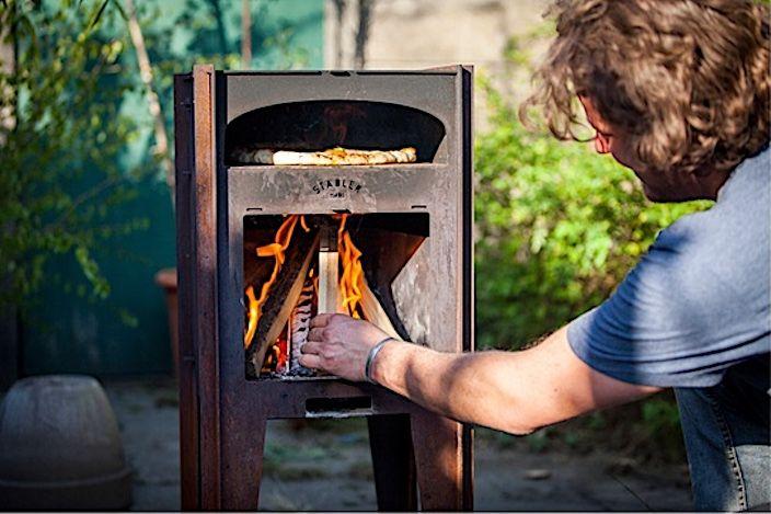 これさえあれば本格ピザが食べ放題。みんなでワイワイ集まるパーティーではやっぱり熱々のピザが欲しくなるもの。オーブンでもいいけど、できれば窯でピザを焼きたい! そうは思ってもなかなか難しいですよね。……と言うわけでいいヤツ見つけました。クラウドファンディングサイトKickstarterで資金調達を始めている鉄製ピザ窯『Städler Made Outdoor Oven』です。薪でピザを焼く本格スタイル薪を燃やすタイプの窯となるこの『Städler Made Outdoor Oven』。内部の温度は最大400℃に達し、窯の上下に...