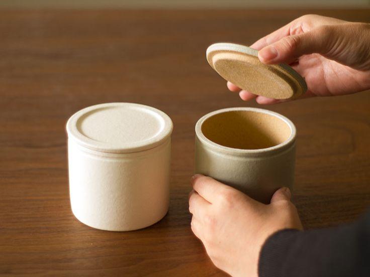 信楽焼のシンプルな塩壷。目の粗い土を使用することで吸水性を高め、湿度を一定に保ち塩が固まるのを防いでくれます。内側と底に釉薬をかけず、内部の湿度の変化を防いでいます。砂糖壷としてもお使い頂けます。