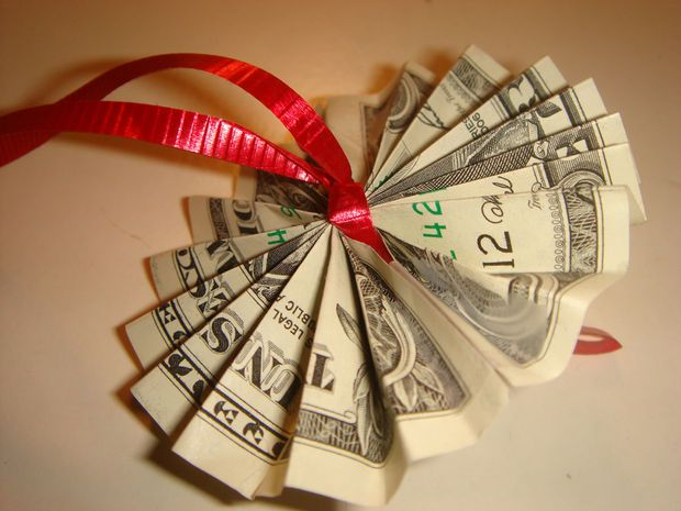 How to make a money lei. Nicholas  graduates 6th grade next year - can't wait to make him some great gifts!