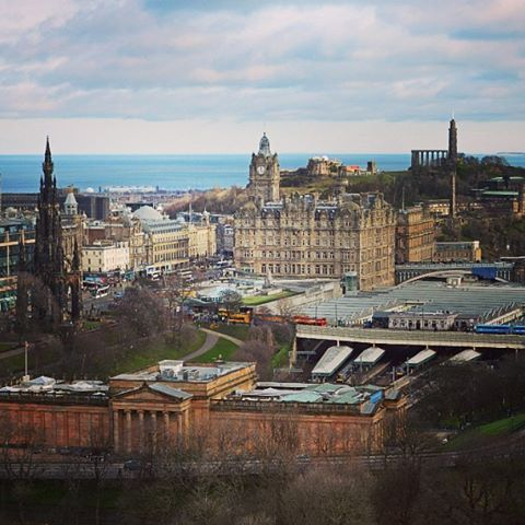 【bluecrystalclear】さんのInstagramをピンしています。 《#Edinburgh as seen from #Edinburghcastle #picofday #picoftheday #photoofday #landscape #seaside #Scotland #Europe #エディンバラ #スコットランド #景色 #海 #街 #ヨーロッパ#旅行 #旅》