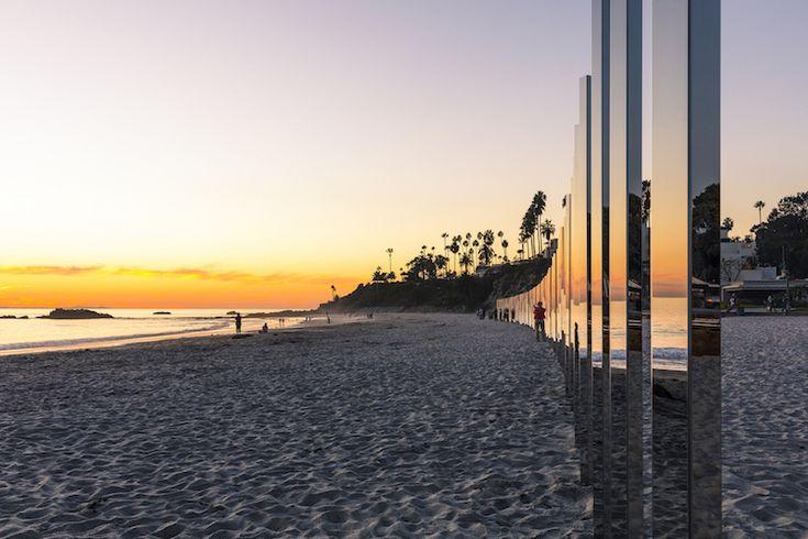 Cette installation monumentale intitulée «1/4 mile arc» a été créée par l'artiste Phillip K. Smith III à la demande du Laguna Art Museum pour son festival Art & Nature. Ces piliers sont en acier inox avec un poli miroir. Ils reflètent les changements de couleurs au cours de la journée, avec le déroulement des marées. …