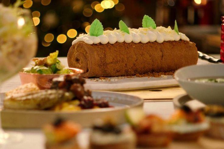 Speculaas speelt een hoofdrol in deze traditionele kerstbûche waarin Jeroen speculaaspasta, speculaaskoekjes én speculaaskruiden gebruikt.De rol met vulling kun je van tevoren klaarmaken en bewaren in de koelkast. Het afwerken doe je vlak voor de gasten arriveren.