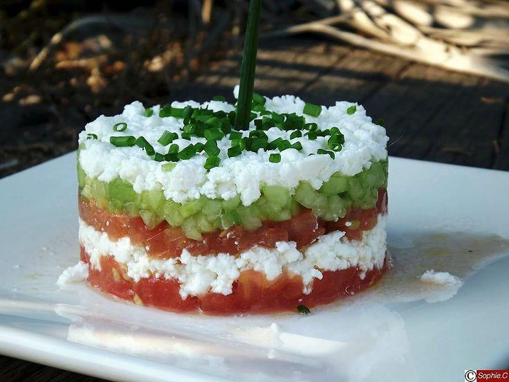 Pour 3 tartares, il faut : 3 tomates 1/2 concombre 100 g de feta 6 cuillères à soupe d'huile d'olive jus d'un demi citron 3...