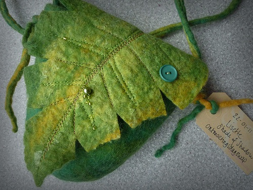 wet felted pursie bag, by Lisette waardewindwaait.nl where the wind blows, see the opened picture too