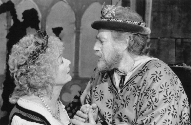 Still of Charlton Heston and Rosemary Harris in Hamlet (1996) http://www.movpins.com/dHQwMTE2NDc3/hamlet-(1996)/still-658279936
