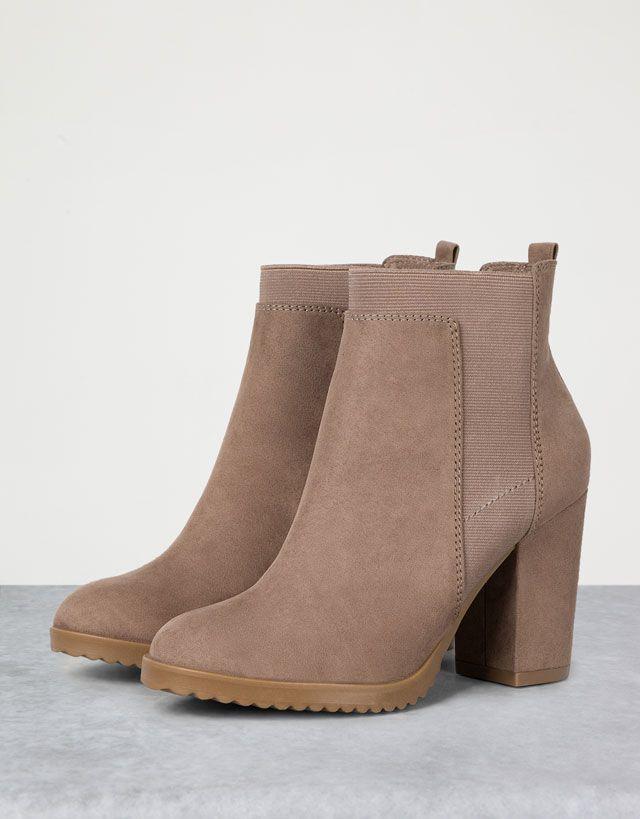 Tu look más atrevido con las botas y botines de mujer AW 16 de Bershka. Botines de plataforma o tacón y botas altas o por encima de la rodilla. Estrena outfit!
