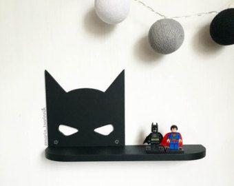 Estante de Batman (24 en x 13 en)   DIMENSIONES: altura - сm 33 (13 pulgadas) anchura - сm 61 (24 pulgadas) profundidad de-10 cm (3.9 pulgadas)  Si usted necesita otro tamaño o color, que puedo hacerlo))  Ideal para los niños o los fanáticos de personajes de cómic. Se puede colgar en la pared por ejemplo. También hace un bonito regalo.  # Estantería se vende sin un LEGO #