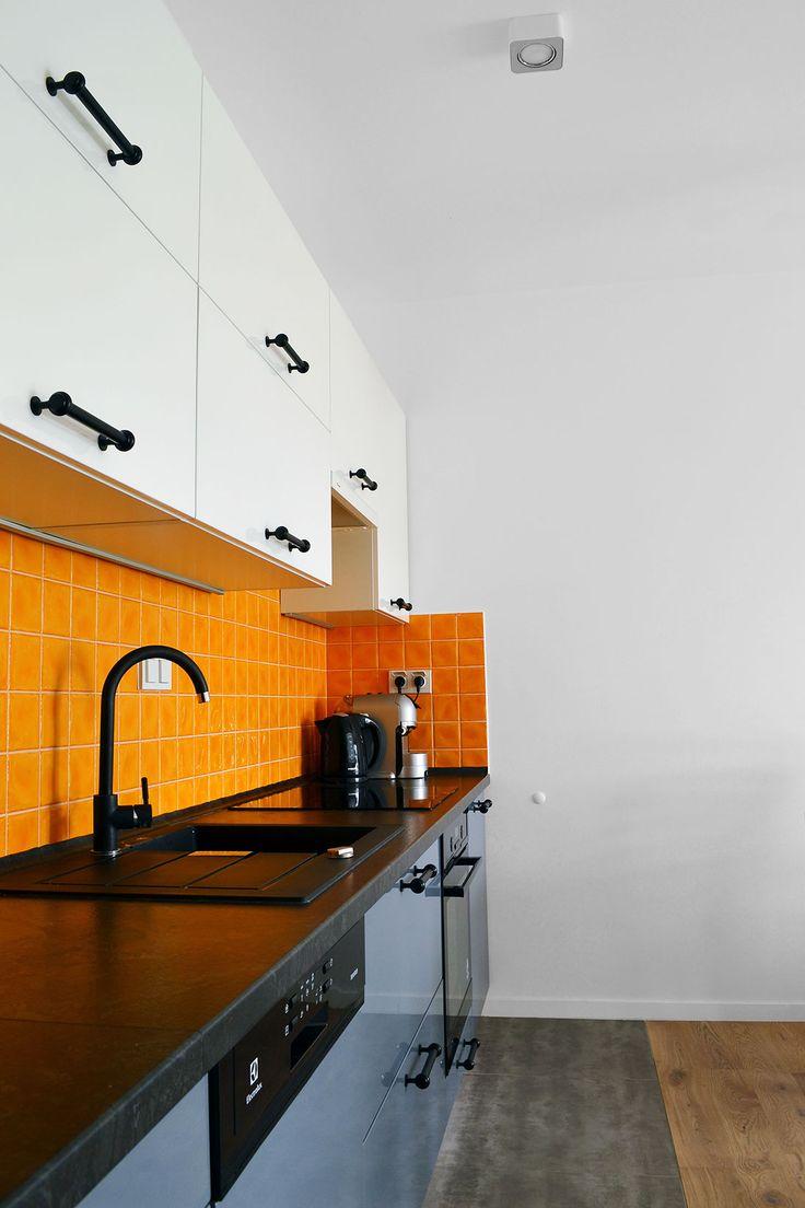 Czerń. Biel. Pomarańcz. Szarość. Jak się okazało taki miks kolorów doskonale się sprawdził w kuchni połączonej z salonem.