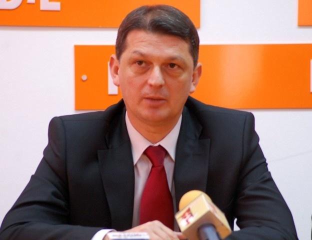 Conflict la vârful PDL Bacău, între șeful organizației județene și cel al organizației municipale. Mărul discordiei îl constituie lista cu delegații la Conferința Națională pentru alegerea noii conduceri a partidului.    Liderul organizaţiei municipale Bacău a PDL, Adrian Popescu, a contestat la București lista cu delegații la Conferința Națională, depusă de președintele organizației județene, Gabriel Berca. Popescu susține că Berca ar fi pus pe lista doar pe cine a dorit el.