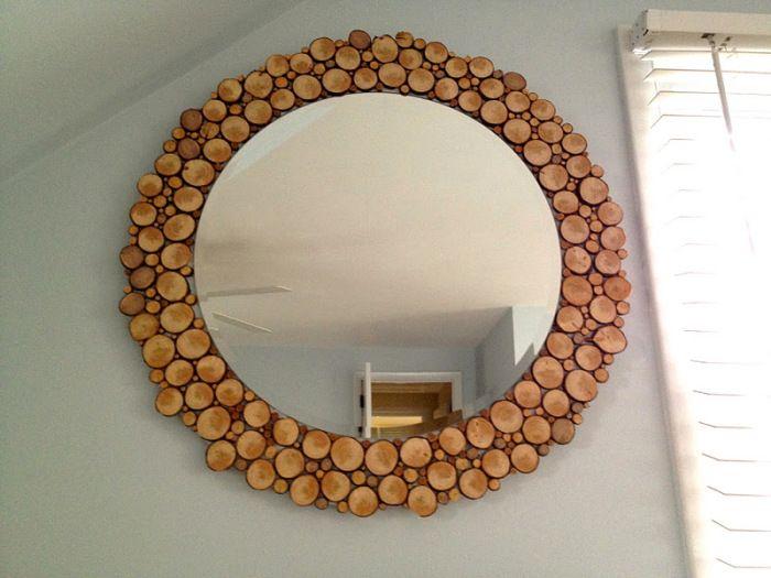 Украшение зеркала деревянными спилами.