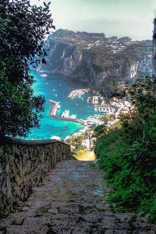 Espectacular bahía de la isla de Capri en Italia.