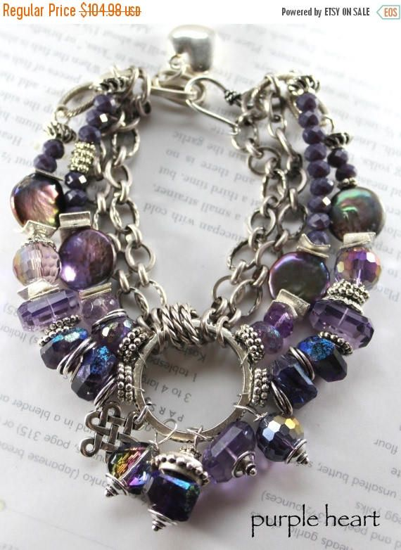 ❘❘❙❙❚❚ REBAJAS ❚❚❙❙❘❘  -Esta nueva pieza está repleta de vibrantes tonalidades púrpura ricas, tanta belleza en la muñeca!  ~ con un centro de un anillo artesanal y 5 gotas del anillo, una gran pepita de ab tratados amatista africana caro multifacético mística, coronada por artesanal tachonado rebordea, entonces una pepita de amatista Facetada, en una ronda de ab tratamiento facetado cuarzo púrpura, un corazón de ab tratada con cristal facetado y un encanto único de la plata  ~ con cuatro…
