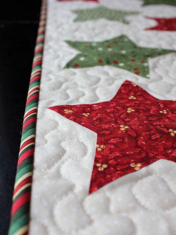 Quilted Stars Christmas Table Runner por aBrightCorner en Etsy