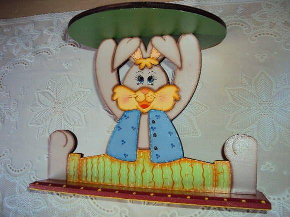 Lindo para colocar um prato com ovinhos, bombons ou outros doces na mesa de Páscoa. Também serve para colocar uma plantinha. Com pintura country , em mdf. R$ 40,00
