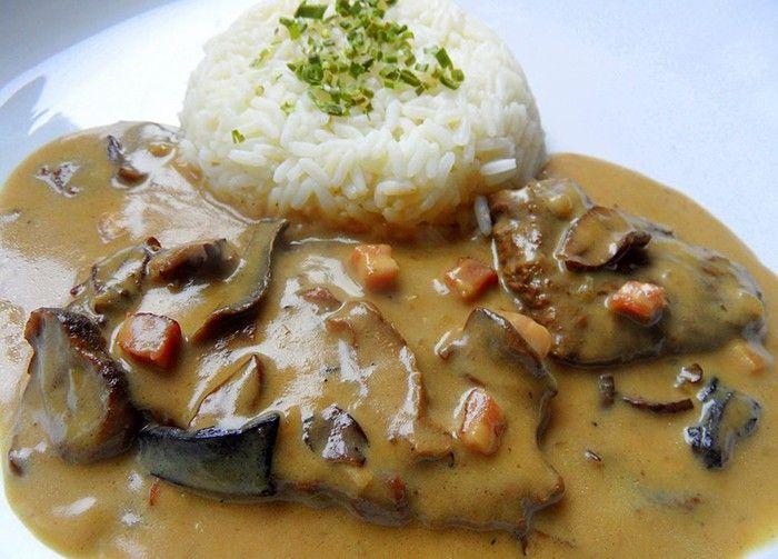 Klasický oběd - hovězí masíčko na houbách se smetanovou omáčkou. Jako přílohu podáváme rýži, případně bramborovou kaši. Dobrou chuť!