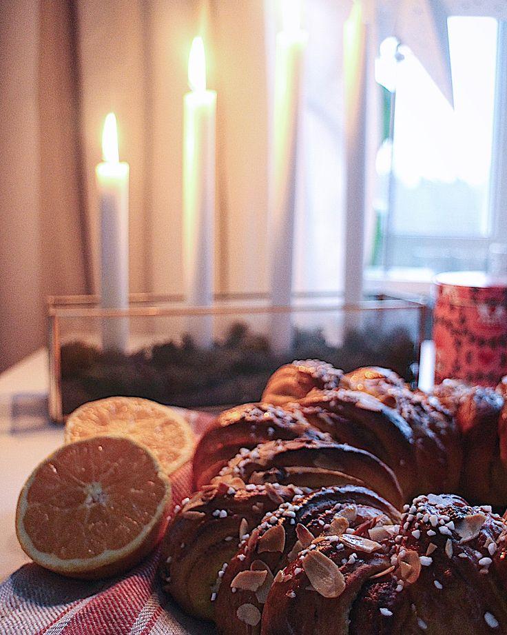 Saffranskrans och -mininystan med mandelmassa, apelsin & vit choklad.🍊Recept: fridaskök.se eller via länken i min profil. #saffransbullar #saffranskrans #julbaka #julbak