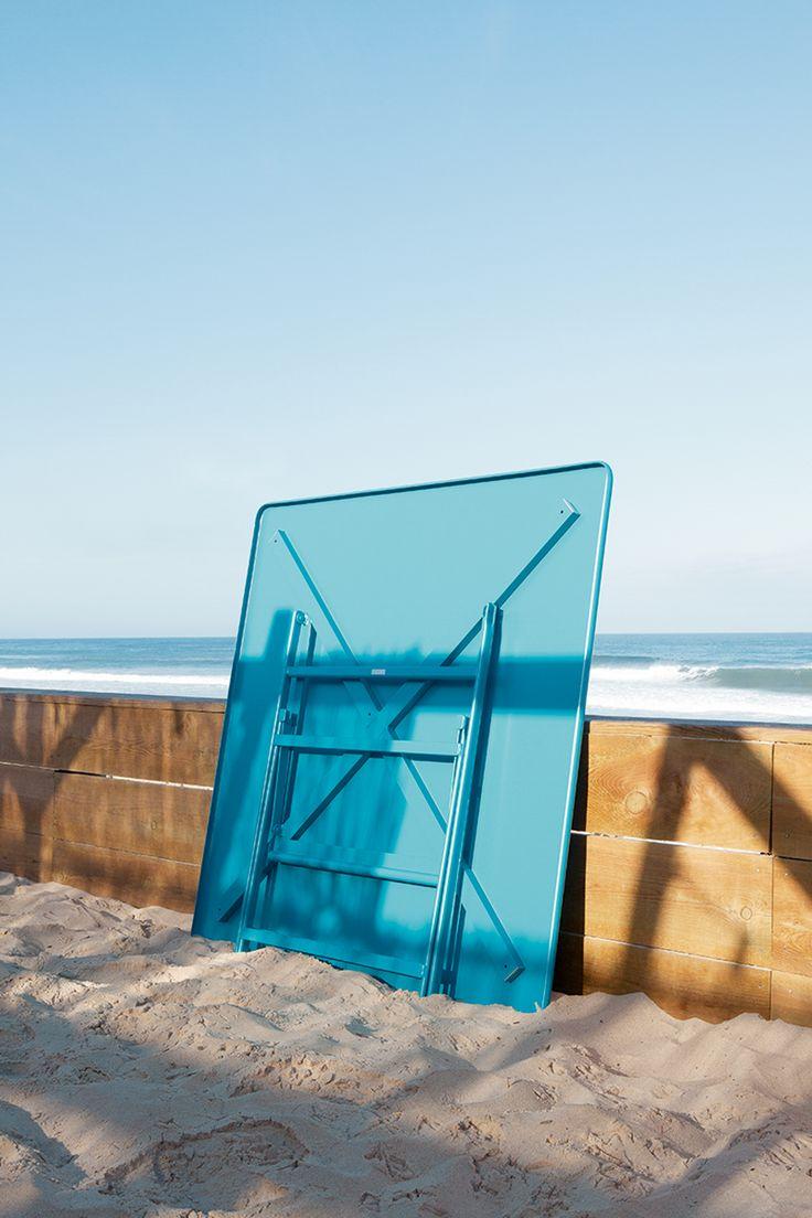 Table pliante collection Plein Air de Fermob @fermob #blue #bleu #mobilierdejardin #design #nomade #vacances #holidays #camping #plage #sixties #van