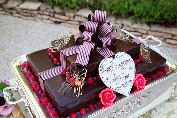 チョコレートのウェディングケーキ。 この後はガーデンで入刀シーンがあります。