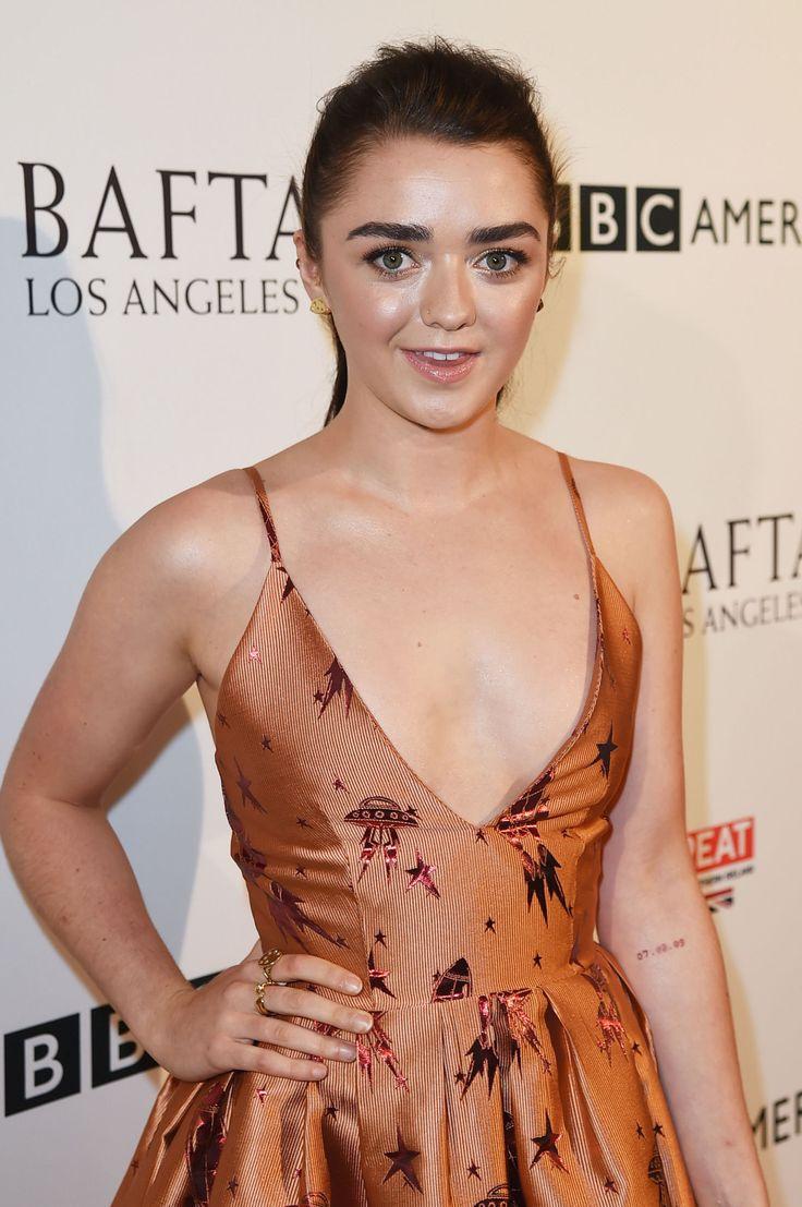 Agli Emmy Awards 2016 Sophie Turner mostra il tatuaggio di Game of Thrones…