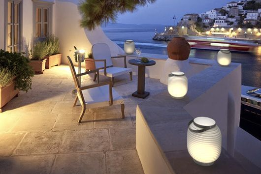Με το καλοκαίρι να επιμένει οι φορητές λάμπες με μπαταρία, Honey Lamps της Serralunga, δίνουν τον ατμοσφαιρικό φωτισμό, εσείς βάλτε το κρασί και καλέστε τους φίλους σας να απολαύσετε τις τελευταίες καλοκαιρινές βραδιές του Αυγούστου.