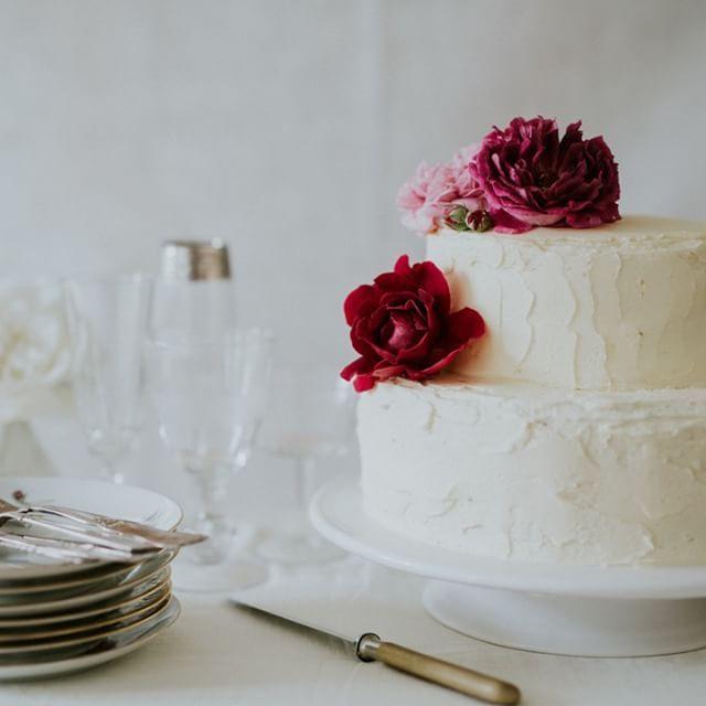 Two layer chocolate cake with vanilla mousse and blueberries and rustic buttercream frosting. Yum! :) . . . photo by @camillajorvad #getmarriedindenmark #danishislandweddings #weddingplannerdenmark #weddingplanner #denmarkwedding #destinationweddingplanner #wedstagram #weddingday #HuffPostIDo #junebugweddings #greenweddingshoes #100layercake #smpshareyourstory #bryllup #bryllupsplanlægning #bryllupsinspiration #bryllupsarrangør #denstoredag #bröllopsinspiration #bryllupsinspirasjon…