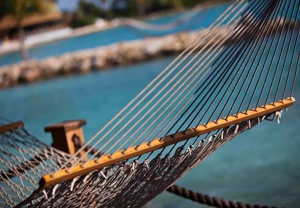 Relájese en una hamaca paraguaya junto al mar en sus vacaciones en Aruba #vacaciones #aruba