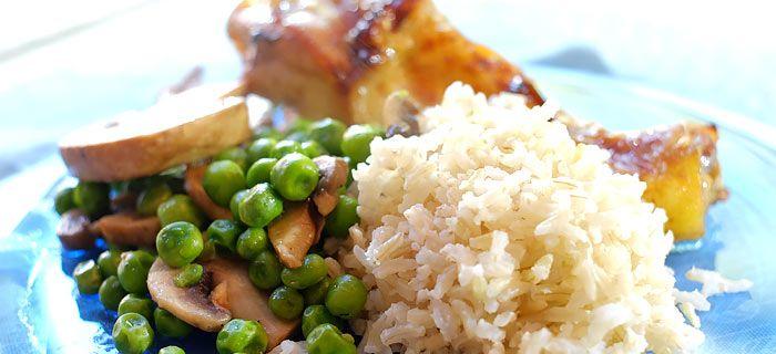 Rijst met sesamkip, doperwtjes en champignons. Kookidee.nl