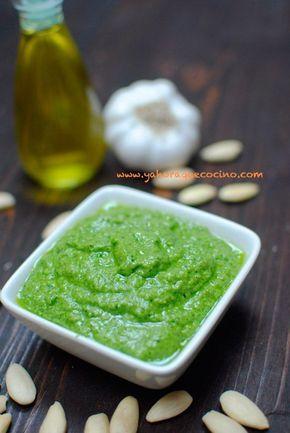 Salsa Pesto con Almendras, una versión de la receta típica italiana de Pesto Verde y perfecta para Vegetarianos o no, además estará y lista en pocos minutos