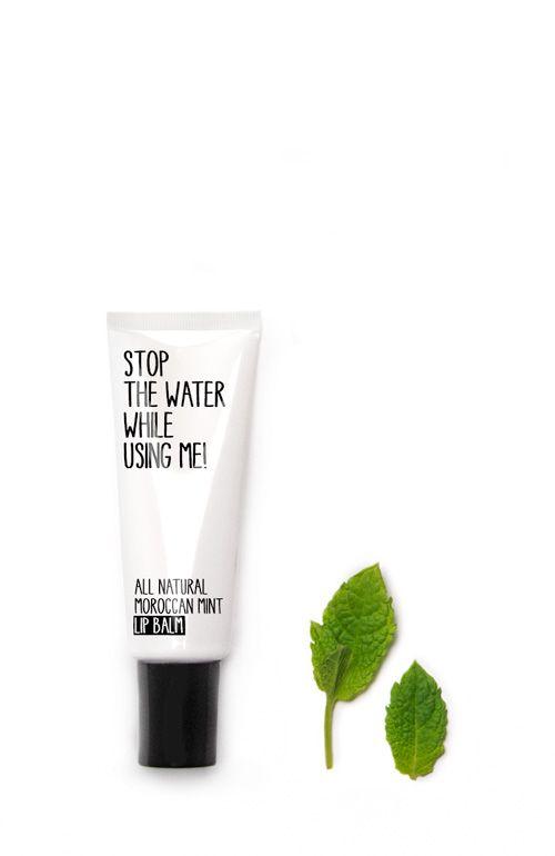 ALL NATURAL MORROCCAN MINT LIP BALM Der hohe Vitamin-E-Gehalt der natürlichen Shea Butter macht den Lip Balm zu einer Wohltat für rauhe Lippen. Er glättet sie sofort nachhaltig und macht sie herrlich weich. Extrakt der sanften Ringelblume spendet zusätzlich Feuchtigkeit und wirkt beruhigend und lindernd bei spröden Lippen.  http://www.best-kosmetik.de/marken/stop-the-water-while-using-me/all-natural-morroccan-mint-lip-balm.html