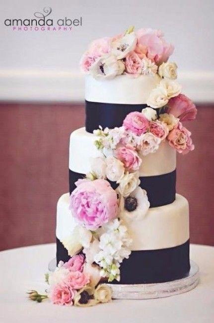 Mariage bleu marine et rose : le wedding cake / gâteau de mariage