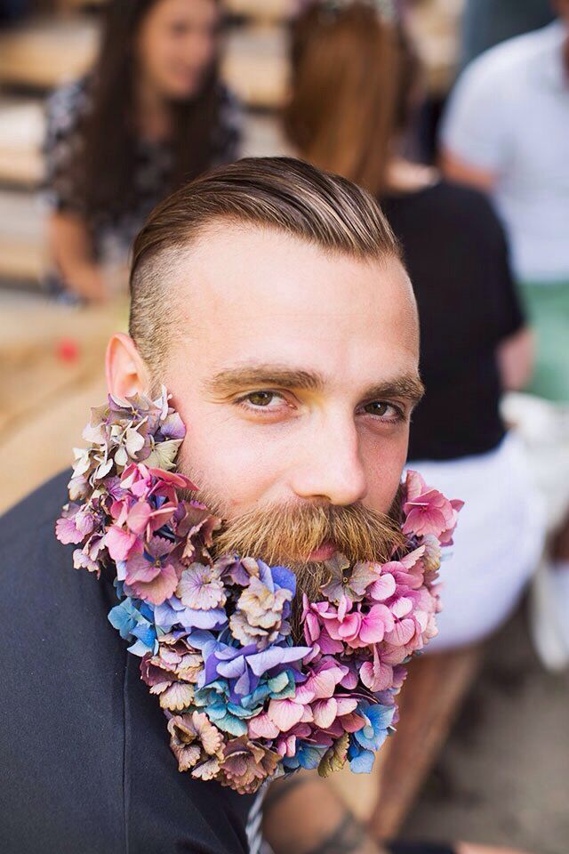 Barbas Floreadas. Es una tendencia que particularmente me parece muy creativa y, humaniza, porque no, rostros fuertes.