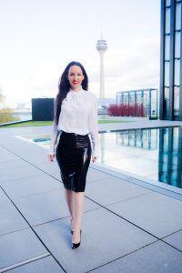 Abendoutfit - glänzender Rock - weiße Business-Bluse - schwarze Christian Louboutin High Heels - Fashionblogger Düsseldorf - Modebloggerin Luxus und Lifestyle - eleganter femininer Fashionlook am Hyatt Hotel Düsseldorf