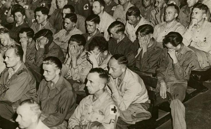 Soldati tedeschi di fronte a filmati dei campi di concentramento, 1945
