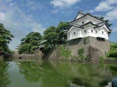 新発田城は街中にある城です 別名あやめ城とも呼ばれており城の周囲の湿地にはあやめが花を咲かせていた事からこの名がついたと言われています 毎年56月頃にはこの満開のあやめを愛でるあやめ祭りも開催されているんだそうですよ この新発田城は国指定重要文化財とされており江戸時代の文化が色濃く感じられます 街並みにも江戸の城下町の名残を感じました ぜひ新発田城へ足を運んでみてはいかがでしょうか tags[新潟県]