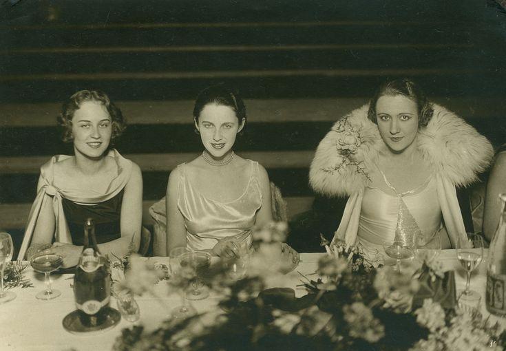 Simon Böske (középen), mint Miss Európa 1929. Két oldalán Miss Franciaország és Miss Románia