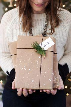 Pimp my Packpapier! Manchmal reichen einfache Farbkleckse aus. Noch mehr Tips, wie du Geschenke kreativ verpacken kannst, findest du hier: http://www.gofeminin.de/wohnen/geschenke-kreativ-verpacken-s1 (Holiday Diy Gifts)