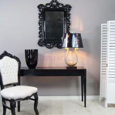 Konsola, styl modernistyczny, kolor czarny, wysoki połysk.