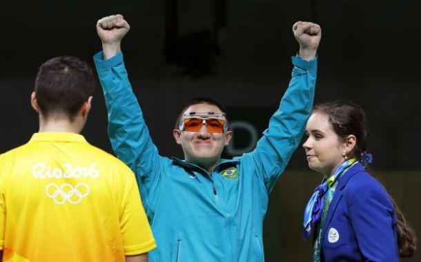Felipe Wu vence prata no tiro esportivo e dá primeira medalha ao Brasil