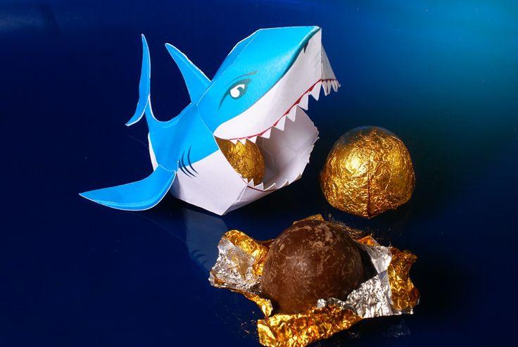 """Embalagem tubarão personalizada!    Podem ser recheadas com trufinhas ou bombons do tipo """"ferrero rocher"""".    Decoram a mesa da festa, servem como lembrancinhas e viram brinquedos para a garotada!    Ao fechar o pedido informe o nome, idade e data do aniversario da criança para personalizarmos as..."""